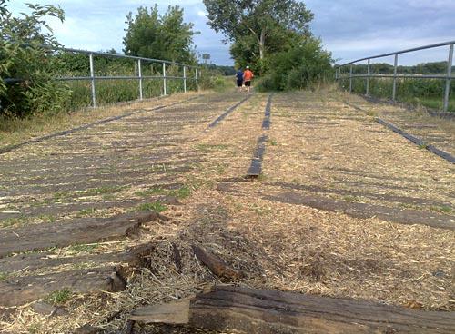 Alte Holzbrücke und Läufer