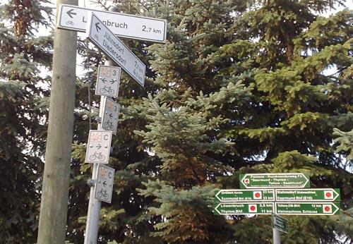 Schilderwald mit Ausflugszielen