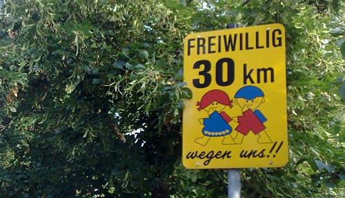 Schild Freiwillig 30 km wegen uns