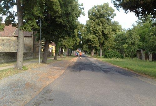 Läufer auf Dorfstraße in Genshagen