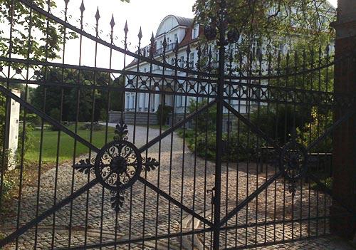 Schmiedeeisernes Tor vor Schloss Genshagen