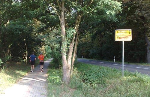 Läufer neben Landstraße Richtung Großbeeren