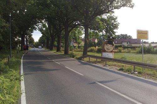 Ortseingang Großbeeren mit Werbung für 200. Siegesfest