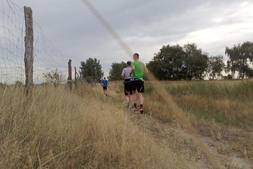 Läufer auf einem schmalen Pfad