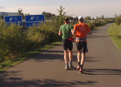Läufer auf Weg neben der A113
