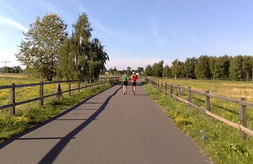 Läufer zwischen Grünanlagen