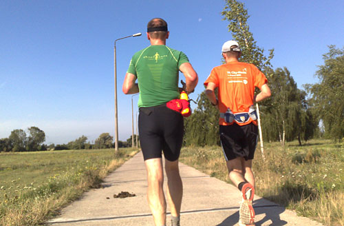 Zwei Läufer in der Sonne und der Mond am Himmel
