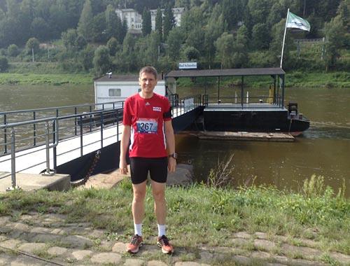 startblog-f-Läufer vor dem Start an der Elbe in Bad Schandau