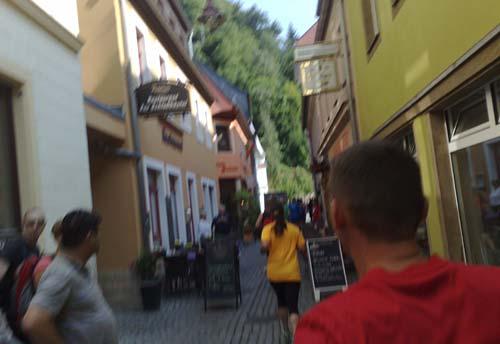 Laufen durch enge Gassen in Bad Schandau