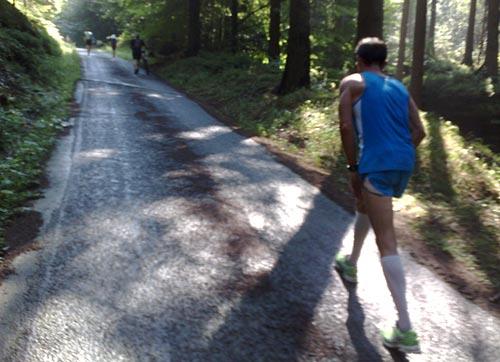 Eine starke Steigung zwingt zum Gehen beim Trail-Lauf