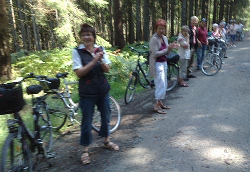 Applaudierende Radgruppe mitten im Wald