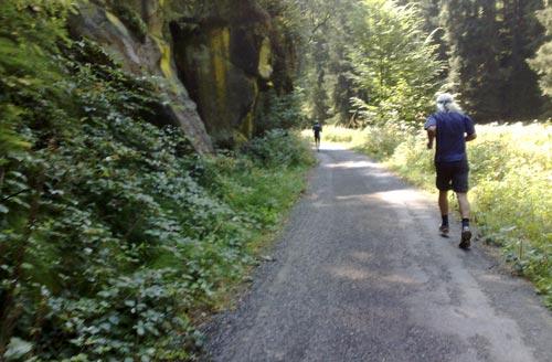 Läufer am Fuße eines Felsens