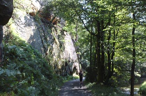 Läufer neben hohen Felsen in der Sächsischen Schweiz