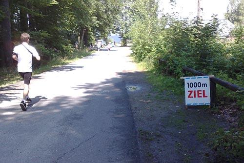 Schild mit Ankündigung der letzten 1000 Meter