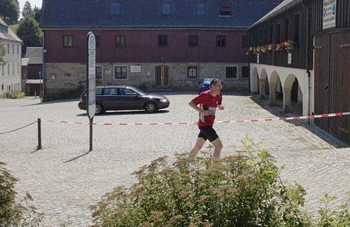 startblog-f-läufer beim Zieleinlauf des Nationalpark-Trails in Hinterhermsdorf