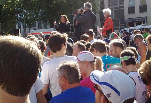 Senatorin Dilek Kolat gibt den Startschuss zum 15. Mercedes-Halbmarathon in Tegel