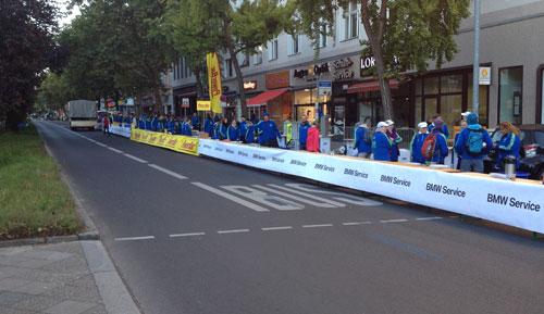 Gespannte Vorfreude am Verpglegungspunkt km 25 des Berlin-Marathon 2013