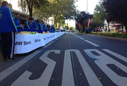 Der Getränkestand wartet auf die ersten Marathon-Teilnehmer