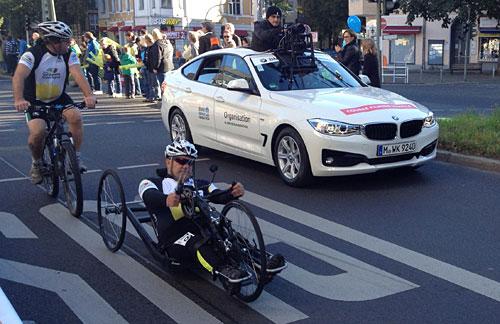 Die Handbiker werden mit viel Applaus der Marathon-Helfer empfangen