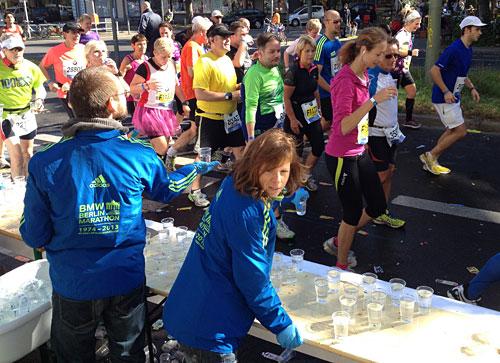 Es ist unheimlich viel zu tun, als das Hauptfeld der Marathon-Läufer unseren Getränkestand passiert