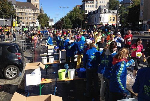 Die Marathon-Volunteers in ihren blauen Jacken im Einsatz