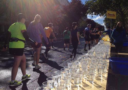 Hunderte Wasserbecher warten auf die vorbeiziehenden Marathon-Läufer