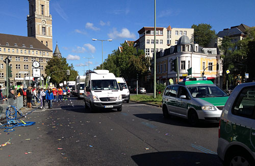 Ein Konvoi von Organisations- und Reinigungsfahrzeugen schließt das Feld ab