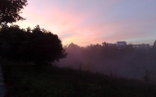 Nebeliger Sonnenaufgang nach dem Intervalltraining
