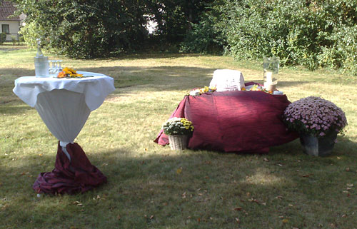 Festlich gedeckte Tische an der Dorfaue Marienfelde