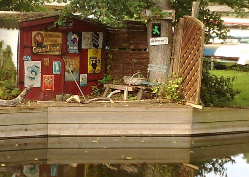 Hütte mit vielen alten Blechschildern