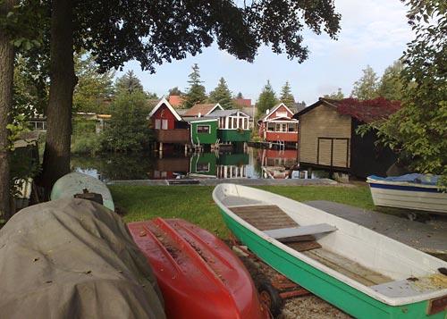 Kleine Hütten und Boote am Mühlbach in Güstrow