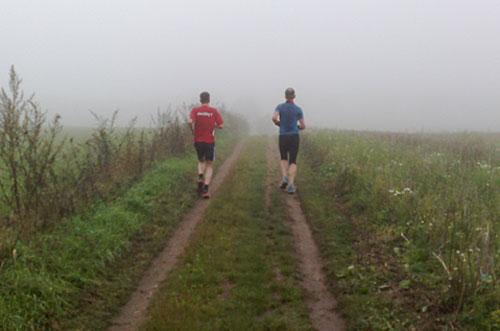 Läufer im Nebel bei Kleinbeeren