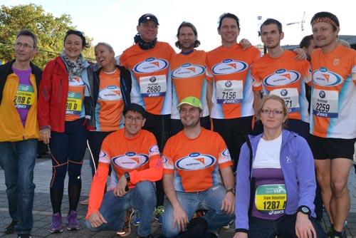 Team World Vision vor dem Start des Frankfurt-Marathon 2013