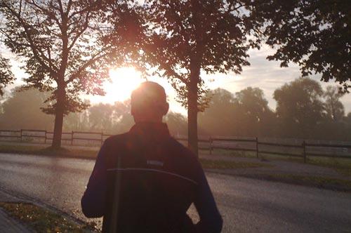 Läufer im Sonnenaufgang-Gegenlicht