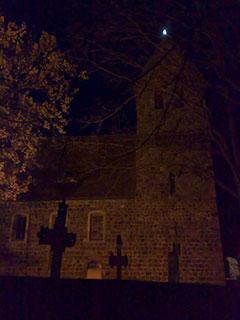 Beleuchtete Dorfkirche Marienfelde im Dunkeln