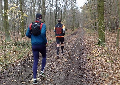 Läufer auf matschigen Pfaden im Wald