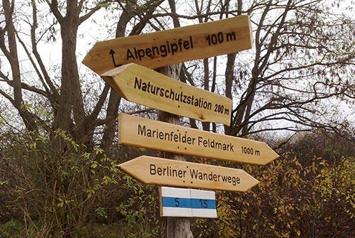 Hinweisschilder zum alpengipgel im Freizeitpark Marienfelde