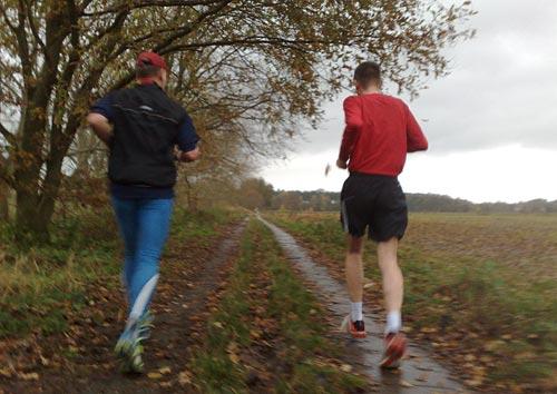 Läufer im Herbst-Regen