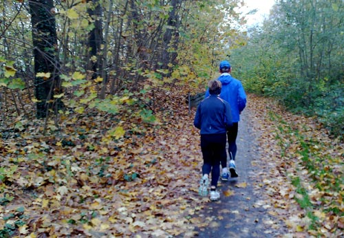 Läufer auf feuchtem Herbstlaub