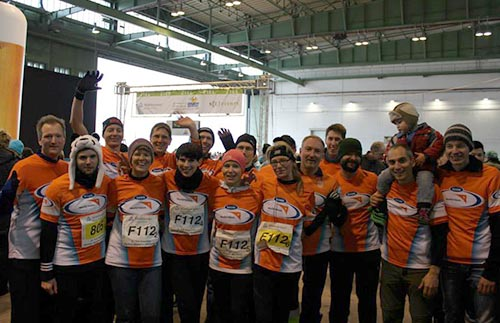 Running Twins Team World Vision im Ziel der Berliner Marathonstaffel