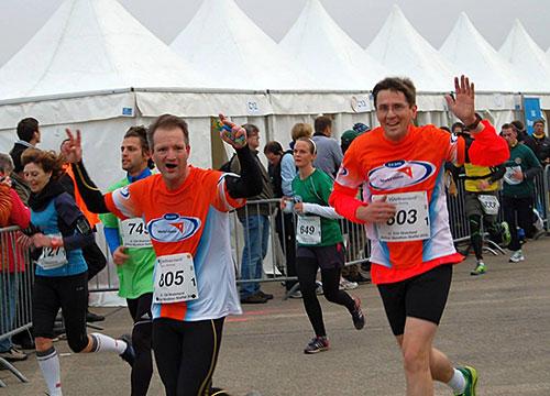 Läufer von Team Blau und Grün in der Zeltgasse