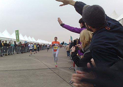 Großer Jubel beim Durchlauf eines weiteren Team world Vision Läufers