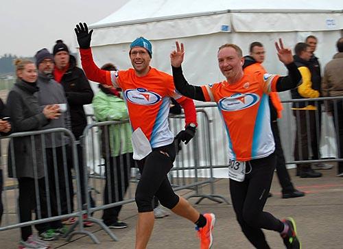 Gute Laune bei den Läufern auf der Strecke der Marathonstaffel