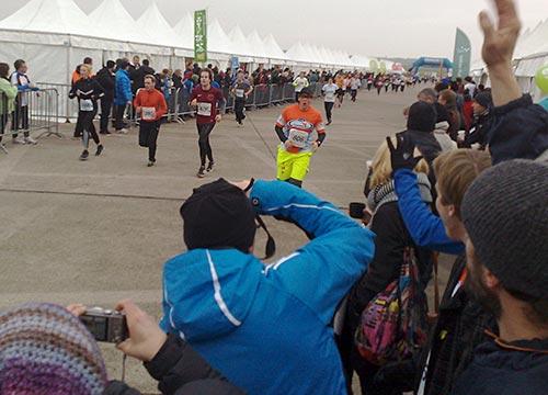Jeder Running Twins Staffel-Läufer bekommt großen Beifall