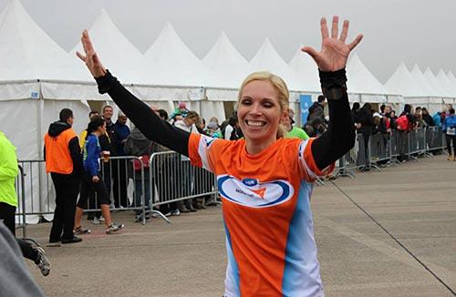 Glückliches Lächeln bei der Schlussläuferin von Team Blau
