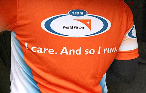 Laufshirt des Team World Vision: I care. And so I run.