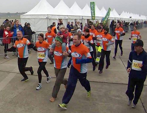 Großes Finale: Fast alle Team World Vision Läufer begleiten die Schlussläuferin ins Ziel