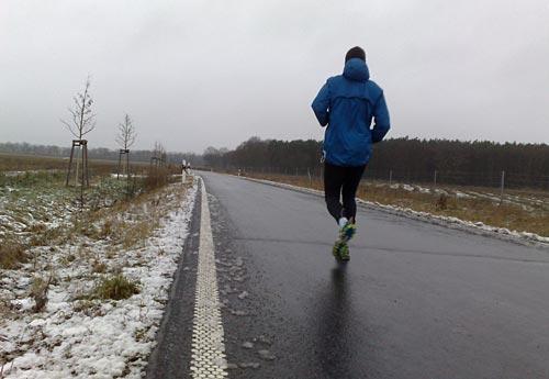 Läufer auf regennasser Landstraße