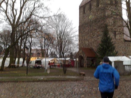 Läufer am Weihnachtsmarkt Marienfelde