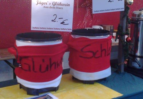 Glühwein-Behälter auf dem Weihnachtsmarkt